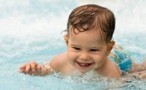Baby bei Hitze im Wasser