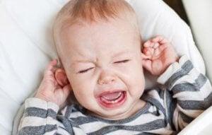 Baby weint, da es Zähnchen bekommt