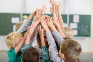 Kinder in der Schule lernen über ihre Umwelt