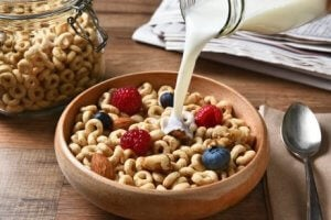Frühstück mit Beeren und Getreide während der Stillzeit