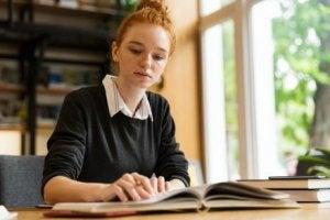 Frau lernt durch Fernstudium