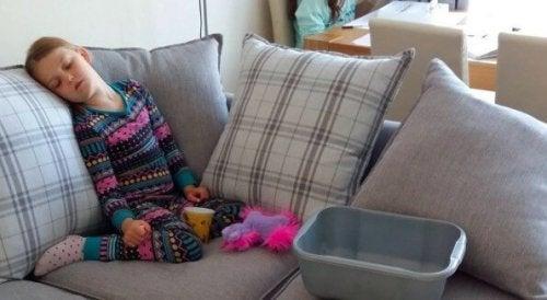 Madison sitzt schlafend auf dem Sofa.