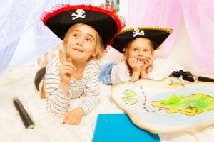 Mädchen im Vorschulalter als Piraten verkleidet