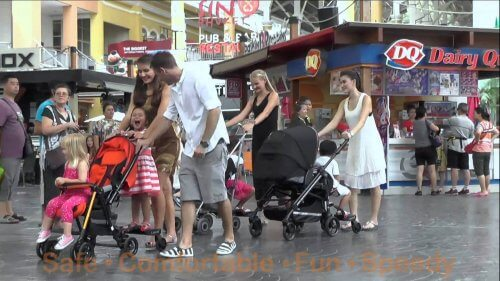 Eltern schieben Kinder im Kinderwagen.