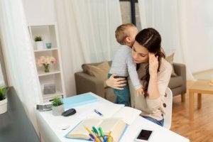 Mutter mit Kind macht Fernstudium