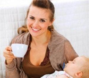 Frau trinkt Kaffee in der Stillzeit