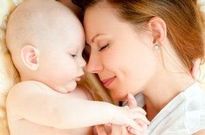 Mutter und Baby liegen zufrieden nebeneinander.