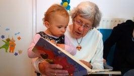 Oma liest Enkel vor