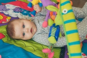 Kind macht Übungen zur frühzeitigen Stimulation