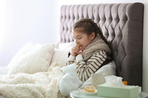 Atemwegsinfektionen bei Kindern -Mädchen hustet im Bett