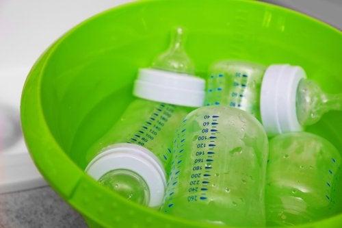 Babyfläschchen gründlich mit Seife und Wasser reinigen