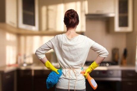Frauen, die arbeiten, kümmern sich oft an ihren arbeitsfreien Tagen um den Haushalt