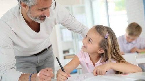 Die Erziehung selbstsicherer Kinder bedarf einiges an Lob und Dialog bei Fehlern