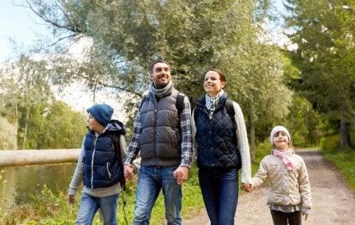 Spaziergänge mit der Familie: Vorteile und Tipps