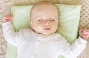 Gib deinem Baby kein Kissen!
