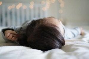 Warum haben manche Kinder bei der Geburt schon so viele Haare?