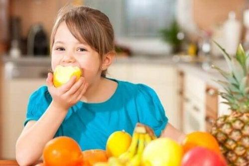 Bringe deinem Kind einen gesunden Lebensstil bei: 4 Tipps