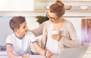 Mutter erklärt Sohn die Mythen der romantischen Liebe