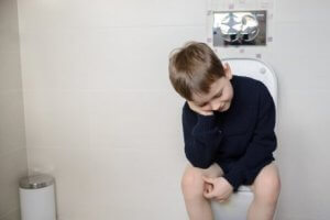 Kind hat keine Angst vor der Toilette