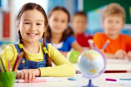 Kinder im Unterricht lernen Sprachen.