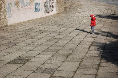 Kleiner Junge allein auf der Straße