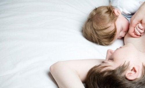 Kleinkind schläft an der Brust