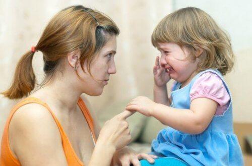 Mutter beruhigt weinende Tochter