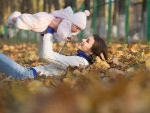 Mutter braucht Pause, um ihr Baby zu pflegen