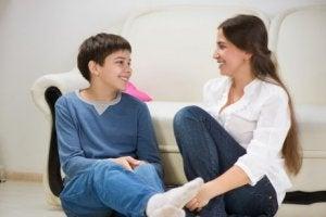 Mutter und Sohn sprechen über Mythen der romantischen Liebe