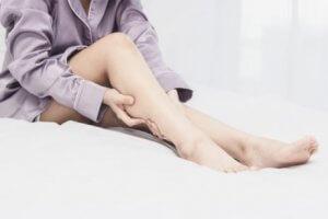 Frau mit Restless Legs Syndrom