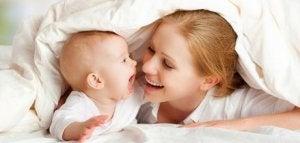 Mutter macht Spiele für Neugeborene
