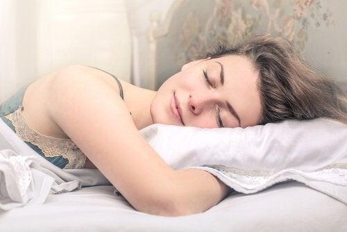 Ein guter Schlaf hilft auch deiner Haut sich zu erholen