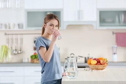Viel trinken ist wichtig, um die Feuchtigkeit der Haut zu gewährleisten
