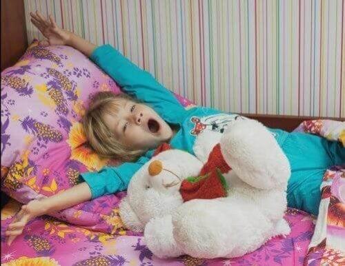 5 verschiedene Schlafanzüge für Kinder