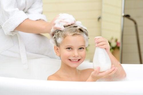 Ein warmes Bad kann ein überdrehtes Kind beruhigen