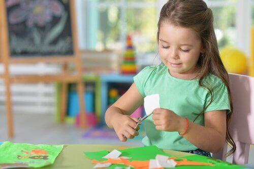 Die Erstellung eines Familienstammbaums weckt die Kreativität der Kinder