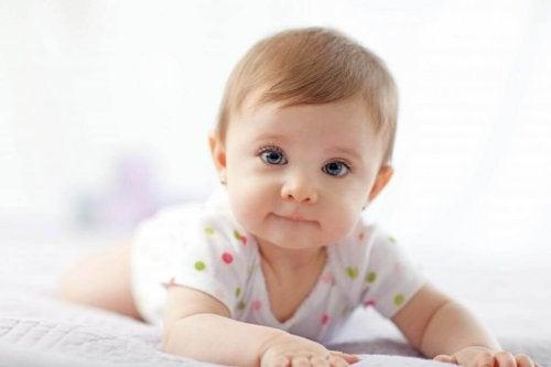 Warum die Bauchlage für Babys so wichtig ist