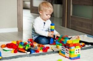 Entwicklungsphasen eines Kindes: Kind beim Spielen