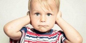 Kind reagiert auf das elterliche Schreien