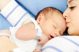 Identifizierung gleich nach der Geburt des Babys