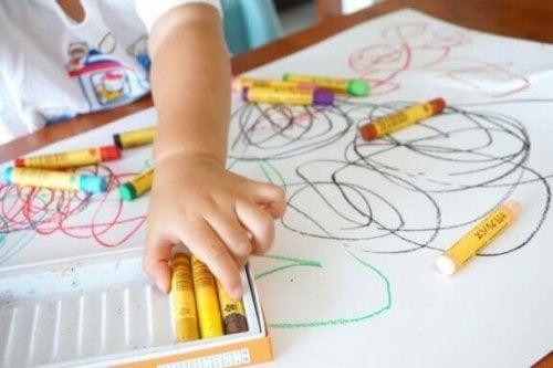 Kinder mischen gerne die Farben in Kinderzeichnungen