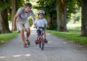 Erziehung von glücklichen Kindern: Radfahren