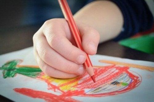 Die Farbe Rot in Kinderzeichnungen kann die Vitalität und Energie des Kindes wiederspieglen