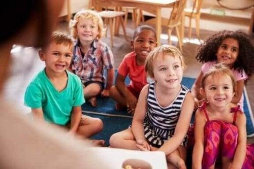 Aufregende Experimente fesseln die Aufmerksamkeit von Kindern