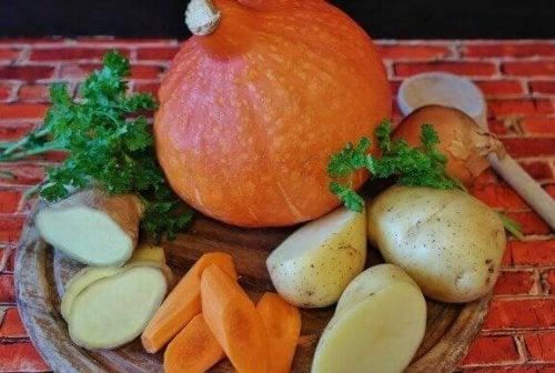 Du kannst Rezepte mit Karotten auch mit anderem Gemüse kombinieren