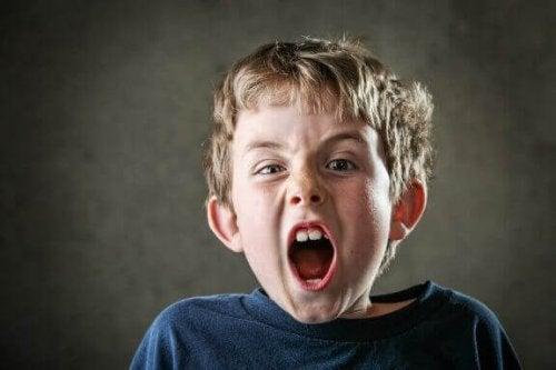 Kinder schreien, um unsere Aufmerksamkeit zu erhalten