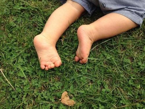 Barfußlaufen auf dem Gras.