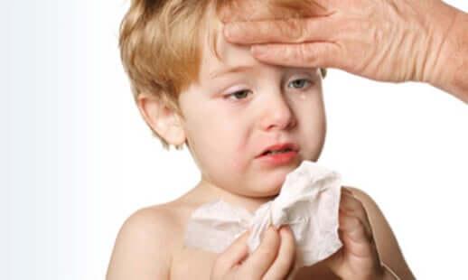 Kleinkind hat Fieber und weint.