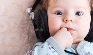 Kind hört entspannende Musik