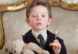 Gut erzogener reicher Junge wird zum Narzissten
